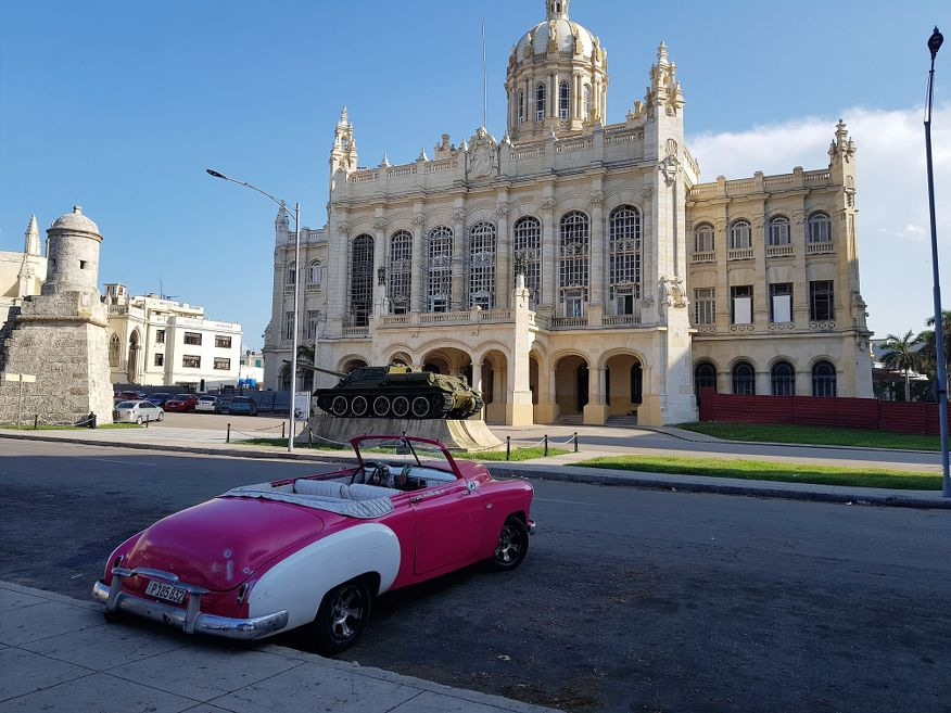 See stunning buildings on your car tour