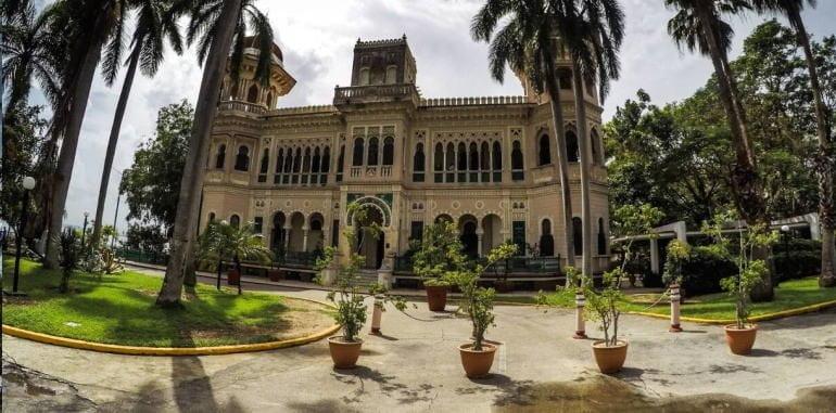 cuba-cienfuegos-attraction-palacio-de-valle-front-driveway-view