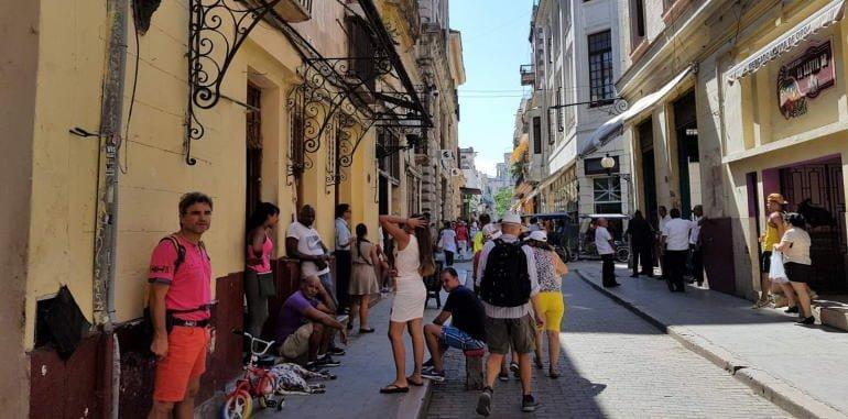 cuba-havana-attraction-calle-obispo-tourists