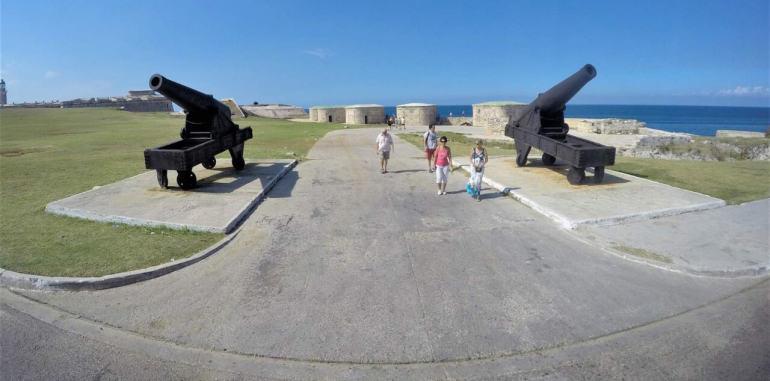 cuba-havana-attraction-castillo-del-morro-cannons-on-pathway