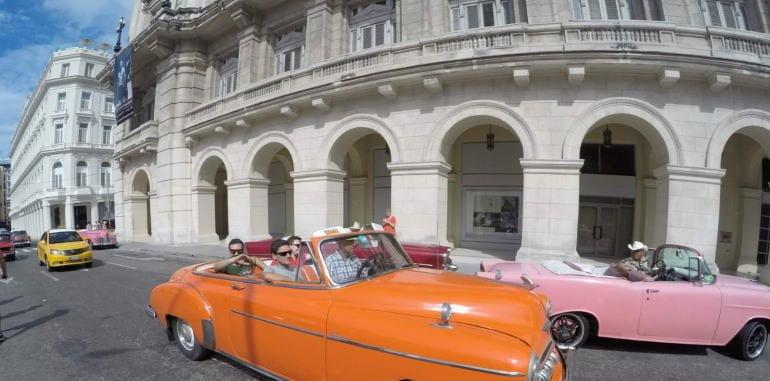 cuba-havana-attraction-classic-american-cars-driving-in-street