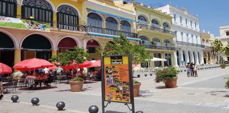 cuba-havana-attraction-plaza-vieja-tourists-in-outdoor-cafe
