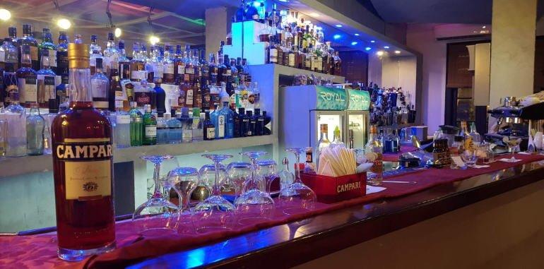 cuba-havana-nightlife-la-terraza-restaurant-bottles-behind-bar
