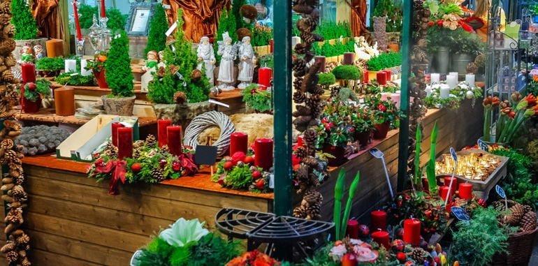 germany-dusseldorf-attraction-christmas-market-ko-bogen-pinecone-stall