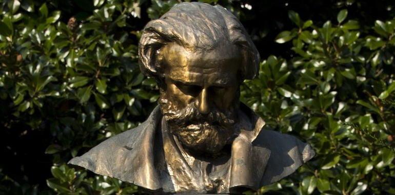 italy-history-milan-guiseppe-verdi-bronze-sculpture-in-garden
