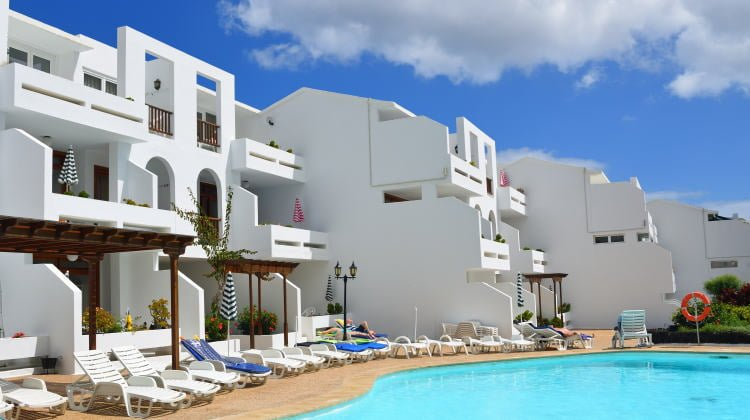 lanzarote-lodging-holiday-rentals-costa-teguise-apartments-pool-and-sunbeds