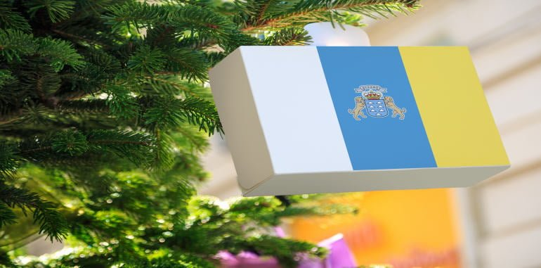 lanzarote-shopping-christmas-gift-box-decoration-with-canary-islands-flag-hanging-on-pine-tree