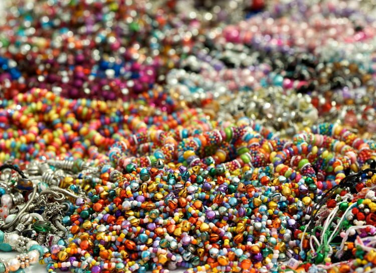 lanzarote-shopping-market-street-vendor-costa-teguise-colorful-handcrafted-jewelry-for-women