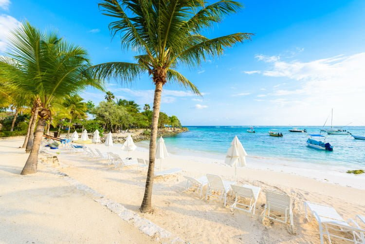 mexico-akumal-beach-paradise-bay-white-sands-palm-trees-sun-chairs-parasols-boats-moored-in-water