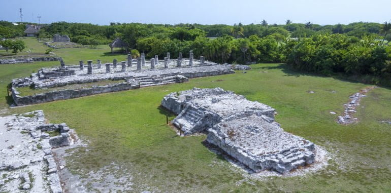 mexico-cancun-hotel-zone-el-reyes-ruins-mayan-archaeological-site-stone-columns-and-structures