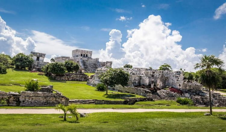 mexico-tulum-mayan-archeological-ruins-courtyard-panoramic-view-of-temples-garderns-walkway