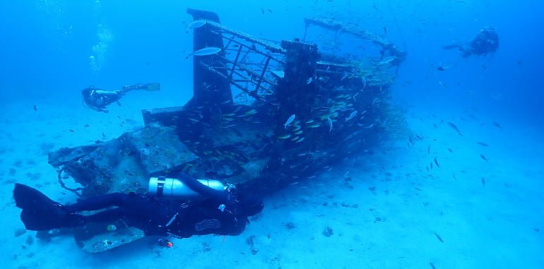 philippines-bohol-panglao-alona-beach-scuba-diving-at-wrecked-ship-point-under-37m-three-divers-with-numerous-fish