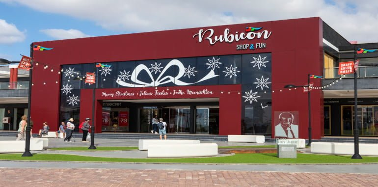 rubicon-shopping-centre-exterior-christmas-decorations-tourist-entering-rubicon-marina-playa-blanca